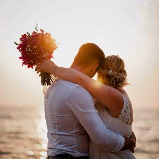 Wir richten Hochzeiten nicht nur in Phuket, sondern selbstverständlich in ganz Thailand aus! 🇹🇭   Dieses zauberhafte Bild ist bei einer unserer Hochzeitsfeiern in Khao Lak entstanden. Mehr Informationen dazu findet ihr wie immer auf unserer Homepage! ✨  #germancelebrant #heiratenamstrand #heiratenimausland #heirateninthailand #jaichwill #phuketweddingplanner #phuketweddingservice #strandhochzeit #thaiwedding #weddingkhaolak #weddingplannerthailand