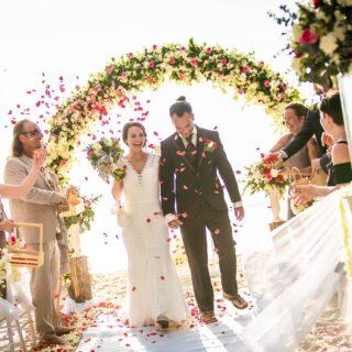 Die ersten Schritte als frischgebackenes Ehepaar.  #allyouneedisamour #weddingphuket #phuketwedding #realwedding #strandhochzeitphuket #phuketweddingservice #germancelebrant #beachwedding #strandhochzeit #heirateninthailand #hochzeitimausland