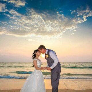 Heute möchten wir euch drei weitere Traum-Destinationen für eine Hochzeit in Thailand vorstellen: die Inselgruppe Koh Samui, Koh Phangan und Koh Tao. 🏝  Ihr könnt euch nicht entscheiden? Dann schaut auf unserer Seite vorbei und erfahrt mehr zu diesen Locations! Den Link findet ihr wie immer in der Bio! 💕  #heiratenamstrand #heiratenimausland #heirateninthailand #jaichwill #phuketweddingplanner #phuketweddingservice #strandhochzeit #thaiwedding #weddingplannerthailand #germancelebrant