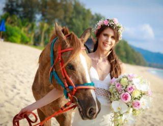 #weddingphuket #phuketwedding #realwedding #strandhochzeitphuket #phuketweddingservice #phuketwedding #bridalbouquet #horselove #pferdehochzeit #heirateninthailand