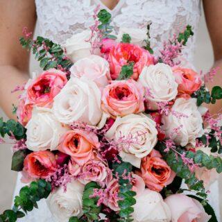 Auch eine Hochzeit in Thailand wäre natürlich nicht komplett ohne einen Brautstrauß! 💐  Ob tropische Blüten oder ein eher klassisches Bouquet - wir erfüllen gerne eure Wünsche! 🌸🌹🌺  #germancelebrant #heiratenamstrand #heiratenimausland #heirateninthailand #jaichwill #phuketweddingplanner #phuketweddingservice #strandhochzeit #thaiwedding #weddingphuket #weddingplannerthailand
