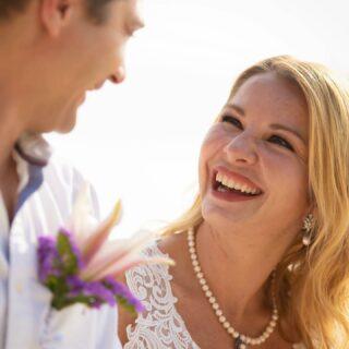 Thailand wird nicht umsonst auch als Land des Lächelns bezeichnet. 🇹🇭  Und welch ein strahlendes Lächeln unsere Braut auf diesem absoluten Schnappschuss auf den Lippen hat… 💞  #germancelebrant #heiratenamstrand #heiratenimausland #heirateninthailand #jaichwill #phuketweddingplanner #phuketweddingservice #strandhochzeit #thaiwedding #weddingphuket #weddingplannerthailand