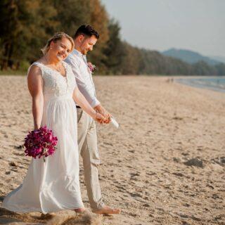 Khao Lak bietet einen Traumkulisse und zählt damit zu den beliebtesten Destinationen für eure Hochzeit in Thailand. Haben wir euch neugierig gemacht? Dann schickt uns gerne eine Direktnachricht und wir beantworten eure Fragen! 💌  #heiratenamstrand #heiratenimausland #heirateninthailand #jaichwill #phuketweddingplanner #phuketweddingservice #strandhochzeit #thaiwedding #weddingkhaolak #weddingplannerthailand #germancelebrant