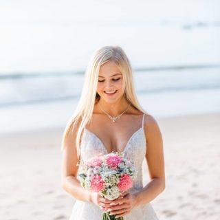 Eine romantische Strandhochzeit in Phuket, Thailand. Philipp und Nikol genossen den einzigartigen Augenblick in trauter Zweisamkeit. Mehr Fotos wie immer auf unserer Website: https://phuketweddingservice.com/romantische-strandhochzeit-in-phuket-nikol-philipp/ #phuketweddingservice #germancelebrant #beachwedding #strandhochzeit #heirateninthailand #weddingphuket #hochzeitsplanerthailand #phuketweddingplanner #bräute2020