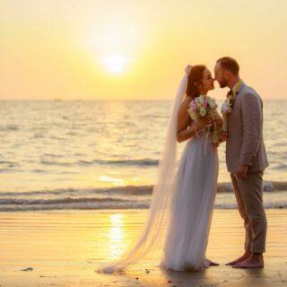 Was könnte romantischer sein als ein Sonnenuntergang an einem von Thailands Traumstränden? 🧡  Bei einer Hochzeit in Thailand ist schönes Wetter nahezu garantiert und ihr bekommt die Traumkulisse für euren ganz besonderen Tag gleich mit obendrauf. Haben wir euch neugierig gemacht? Schickt uns doch gerne eine Nachricht… 💌  #heiratenamstrand #heiratenimausland #heirateninthailand #jaichwill #phuketweddingplanner #phuketweddingservice #strandhochzeit #thaiwedding #weddingphuket #weddingplannerthailand #germancelebrant