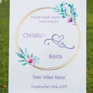 𝟯,𝟮,𝟭, 𝗝𝗨𝗕𝗜𝗟𝗔̈𝗨𝗠 🥳 Herzlichen Glückwunsch zum 1. Hochzeitstag Christian & Keira ✨💍 Genau vor einem Jahr haben die beiden Ihre traumhafte Hochzeit hier in Phuket gefeiert❤️ Ihr wollt wissen, wie der besondere Tag bei dem Brautpaar abgelaufen ist? Schaut doch gern mal in dem Link auf der BIO vorbei.👆🏼 Wir haben hier einen kleinen Artikel für euch über den schönsten Tag von Christian & Keira.🥰 Wie lang seid Ihr denn schon verheiratet?😍 . . . #destinationwedding#phuketwedding#love#bride#marriedforoneyear#thailand#heiratenamstrand#barfuss#ocean